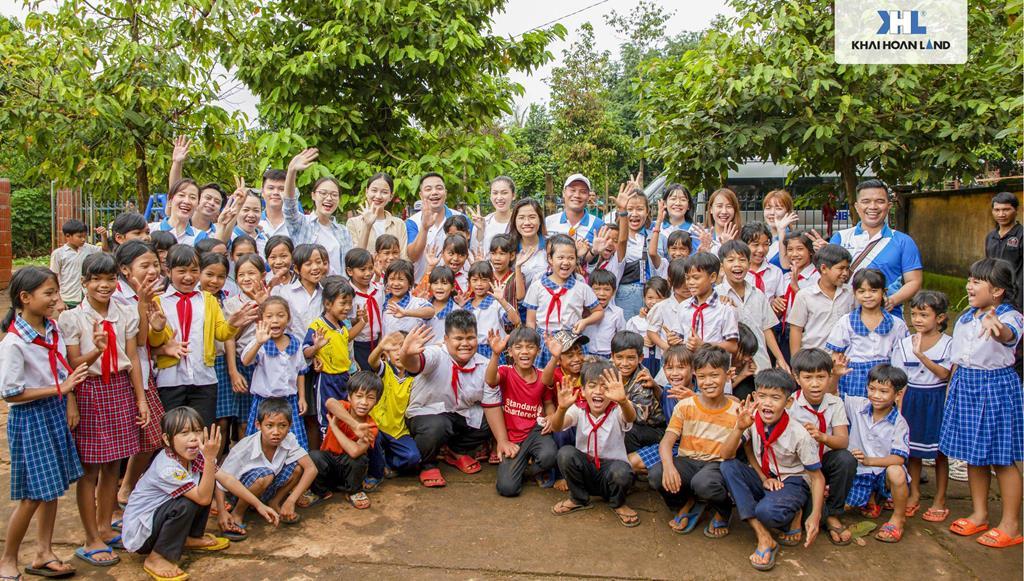 Khải Hoàn Land đồng hành cùng Hoa Hậu Việt Nam 2020 trao tặng tủ sách cho trường Bù Cà Mau - Bình Phước